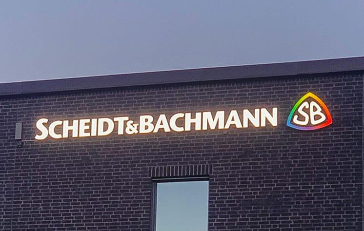led skylt i gult med färgglad logga scheidt & Bachmann